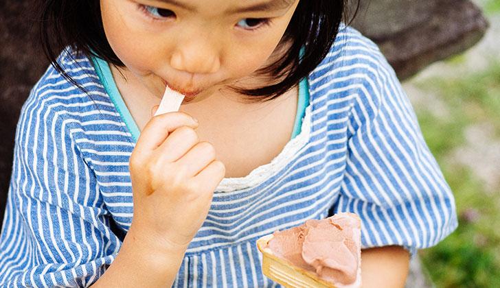 アイスクリームを食べる画像